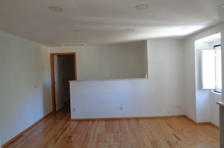 Apartamento T1 renovado para alugar em Manique